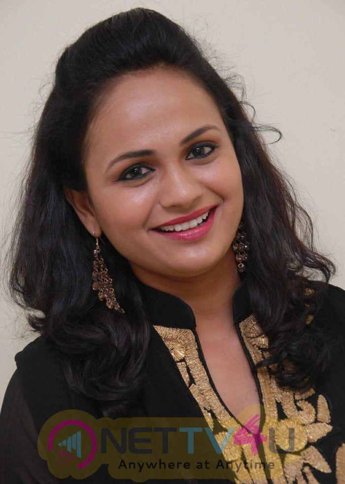 Actress Sheethal Shetty Good Looking Images Kannada Gallery