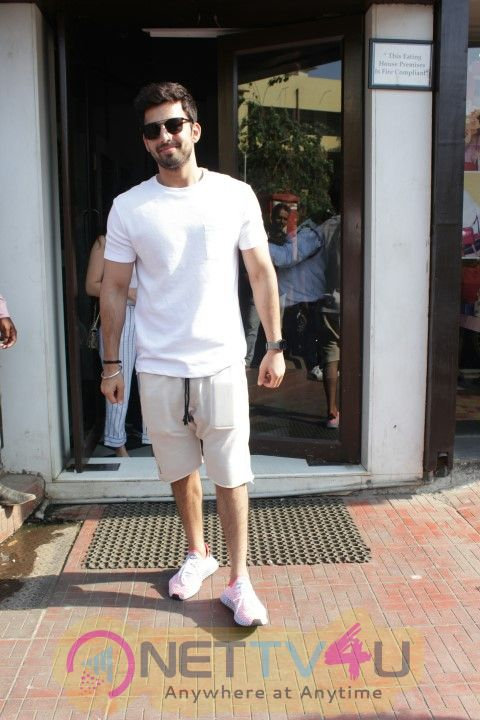 Himansh Kohli Came To Restaurant Hindi Gallery