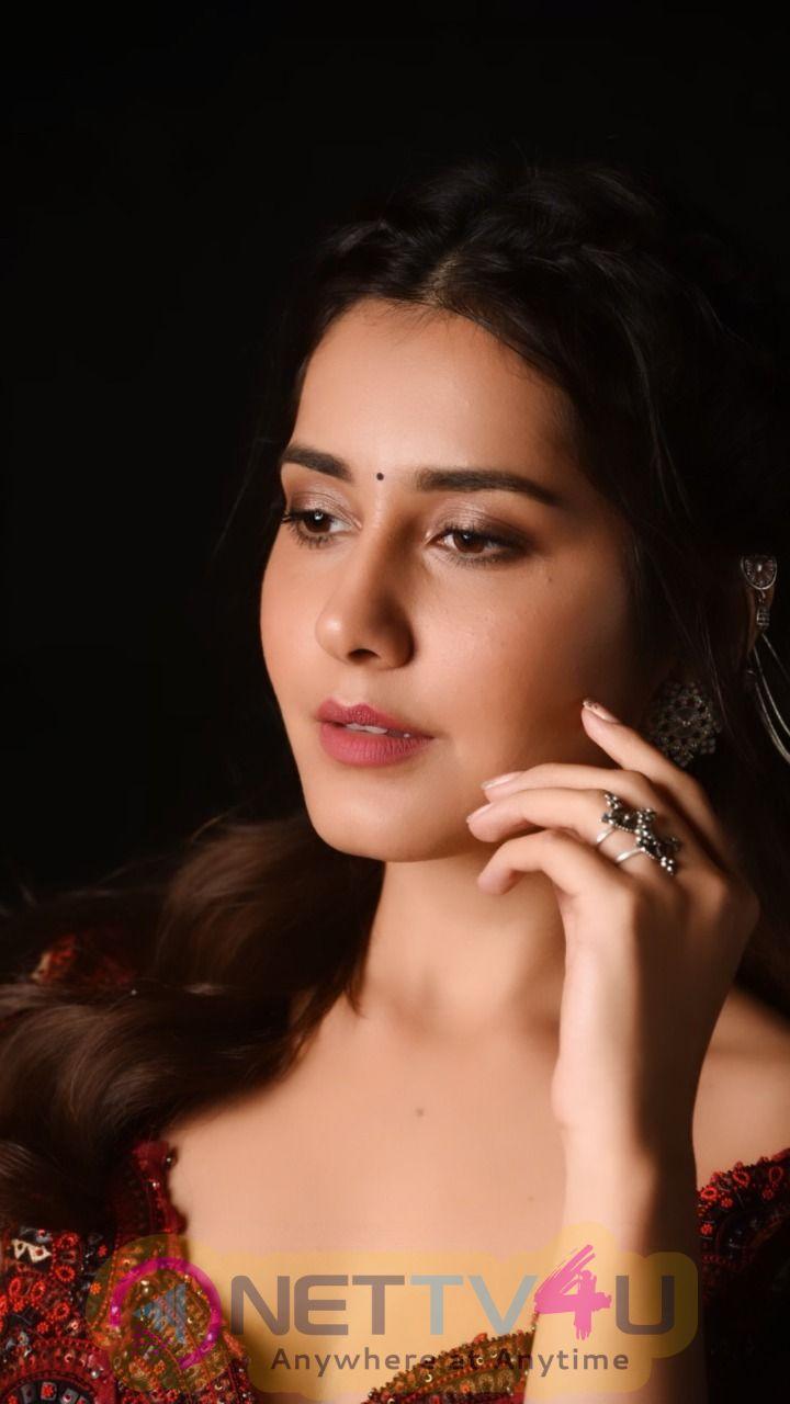 Actress Raashi Khanna Cute Pics Telugu Gallery
