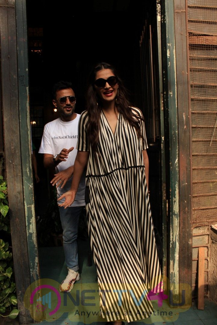 Sonam And Anand Spotted At Pali Vilage Cafe Images Hindi Gallery