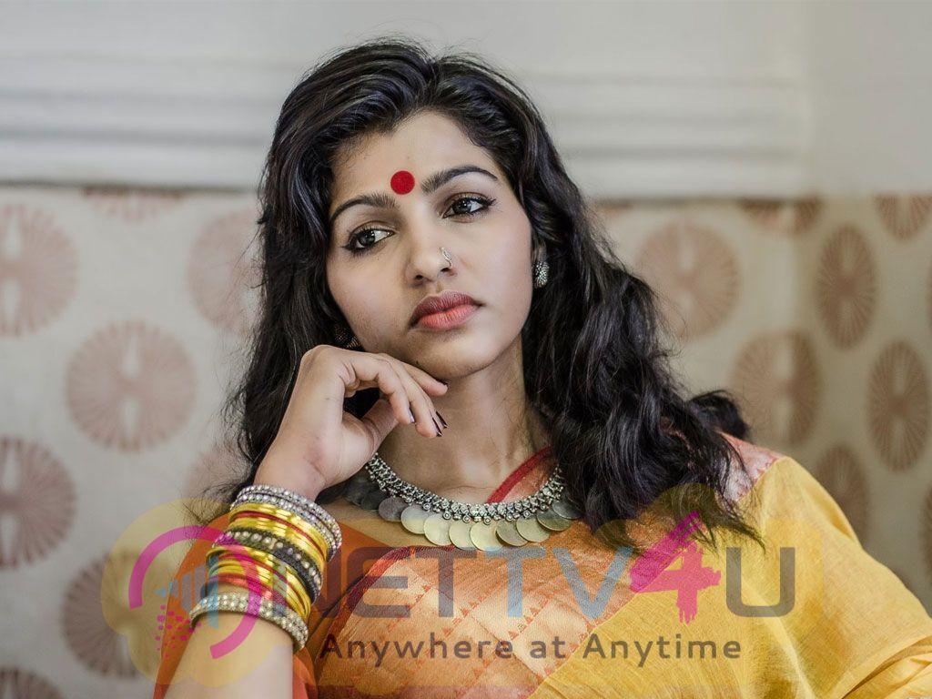 Actress Sai Dhanshika Good Looking Images Tamil Gallery