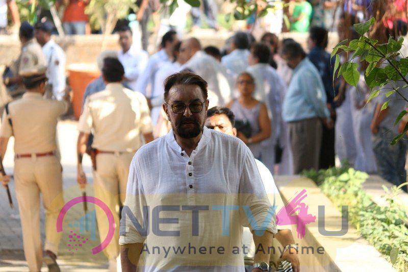 Funeral Of Veteran Actor Vinod Khanna Pics Hindi Gallery