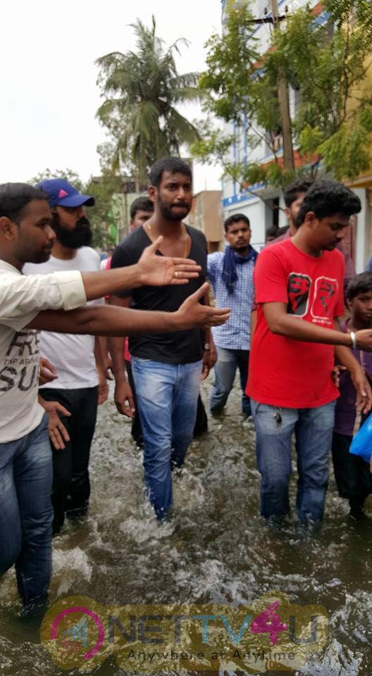 Hero Vishal Supplying Food Packets And Water