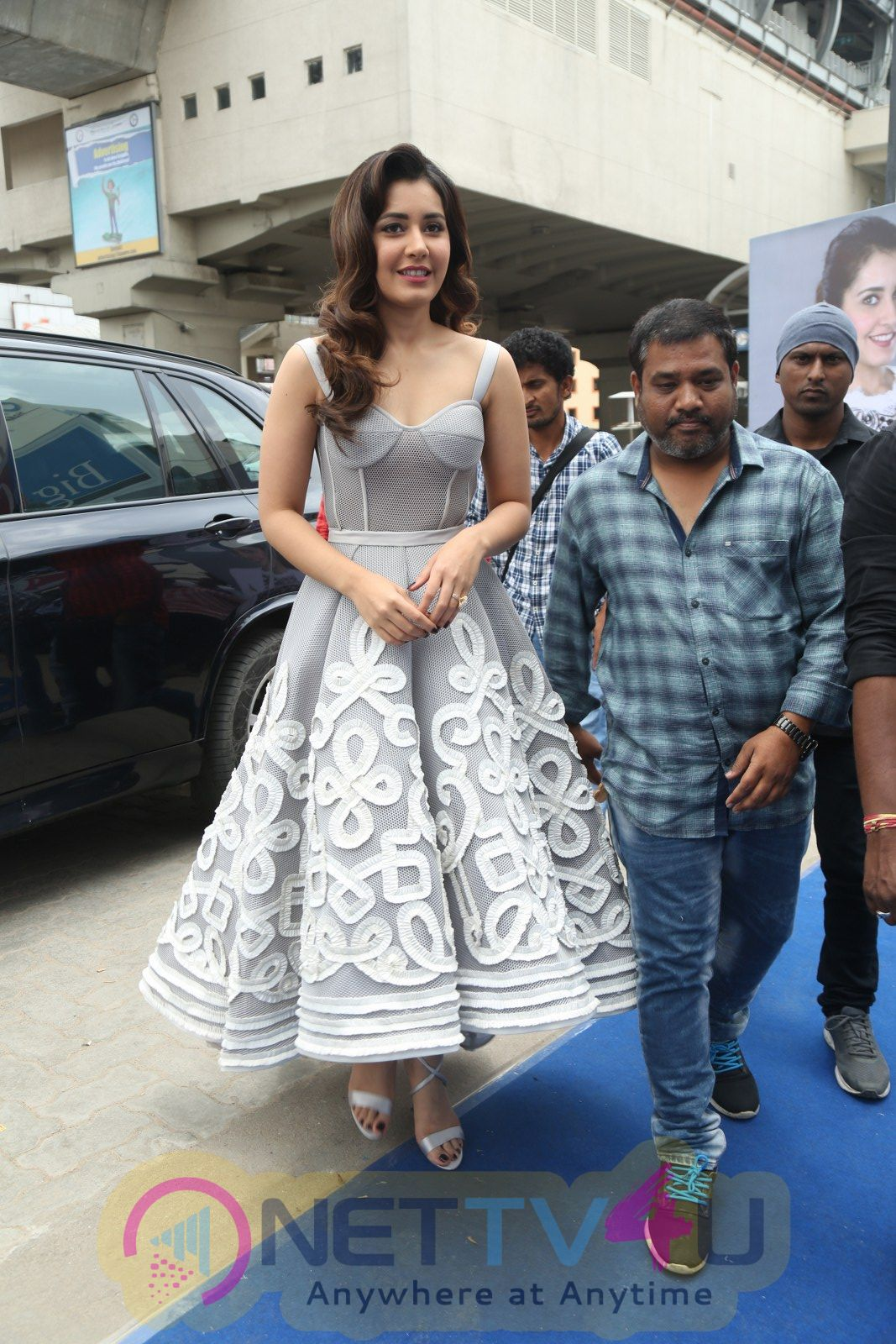 Actress Raashi Khanna Launches Honor Mobile At Big C Pics Telugu Gallery