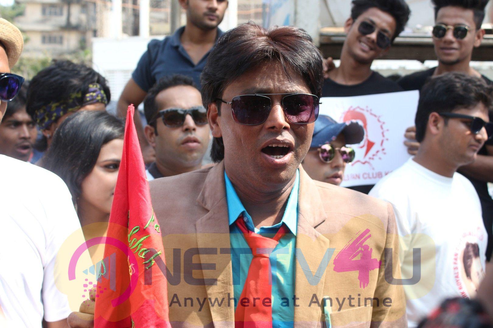 Shahrukh Khan Fans Go Crazy Outside Mannat  Images Hindi Gallery