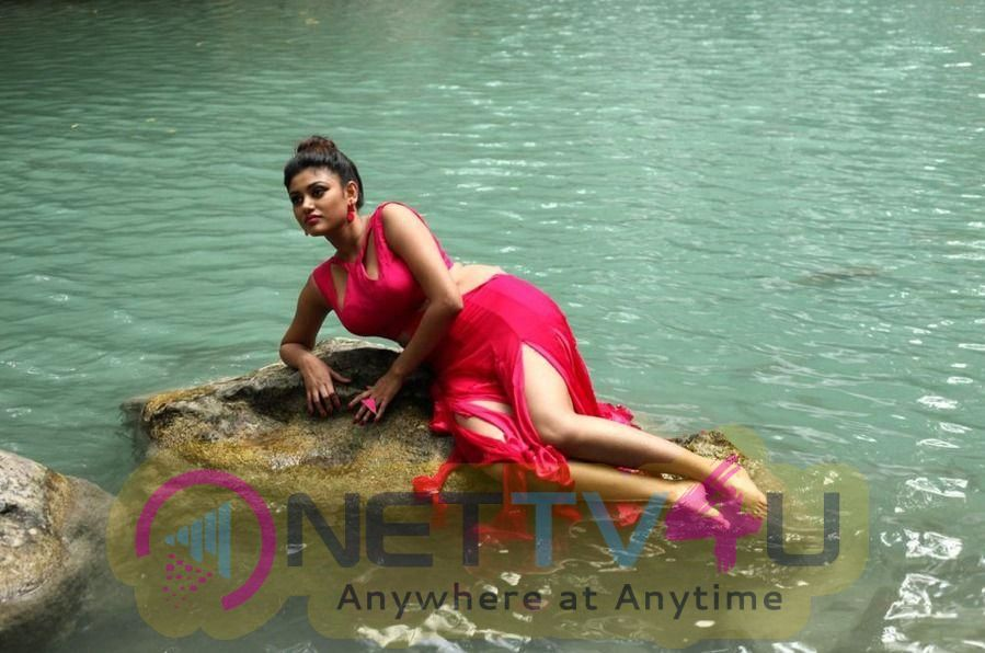 Actress Oviya Cute Images