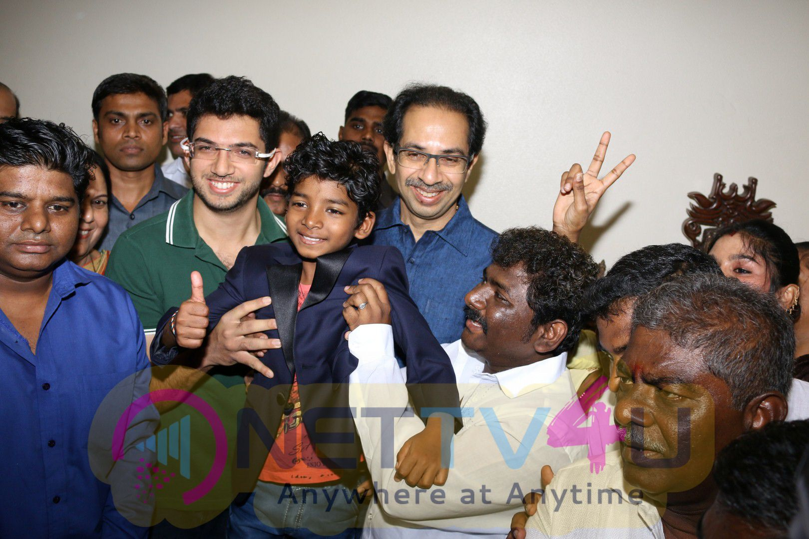 Photo Of Film Lion Actor Sunny Pawar Take Blessings Of Thackeray Family