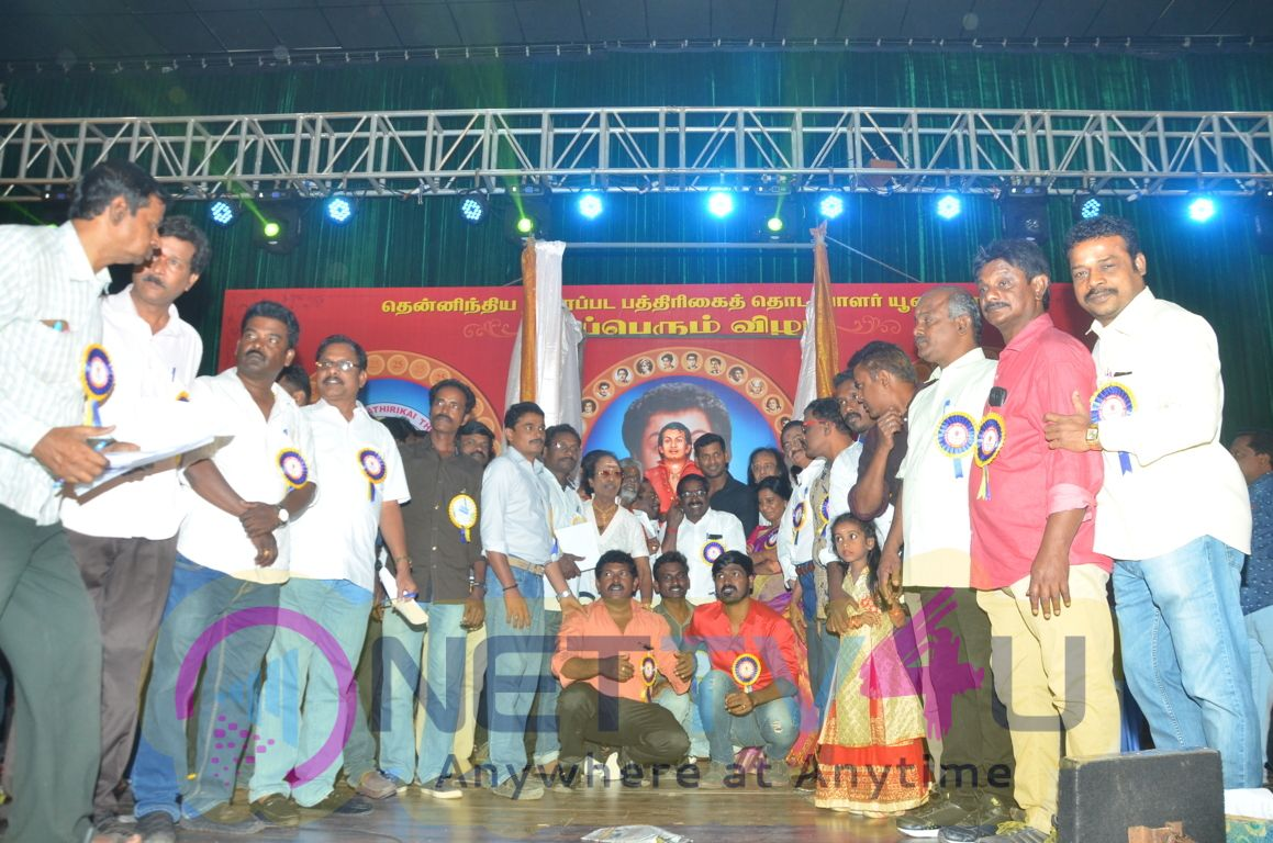 Vijayakanth Opens MGR Statue Images