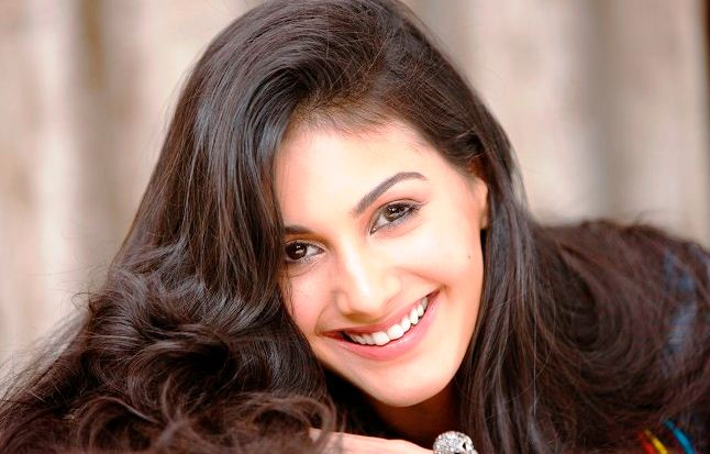 Amyra Plays An Investigative Journalist!