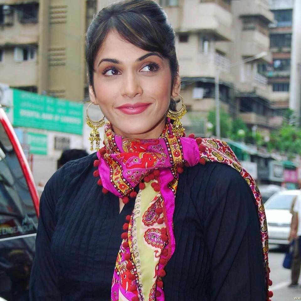 Actress Isha Koppikar Lovely Stills Hindi Gallery