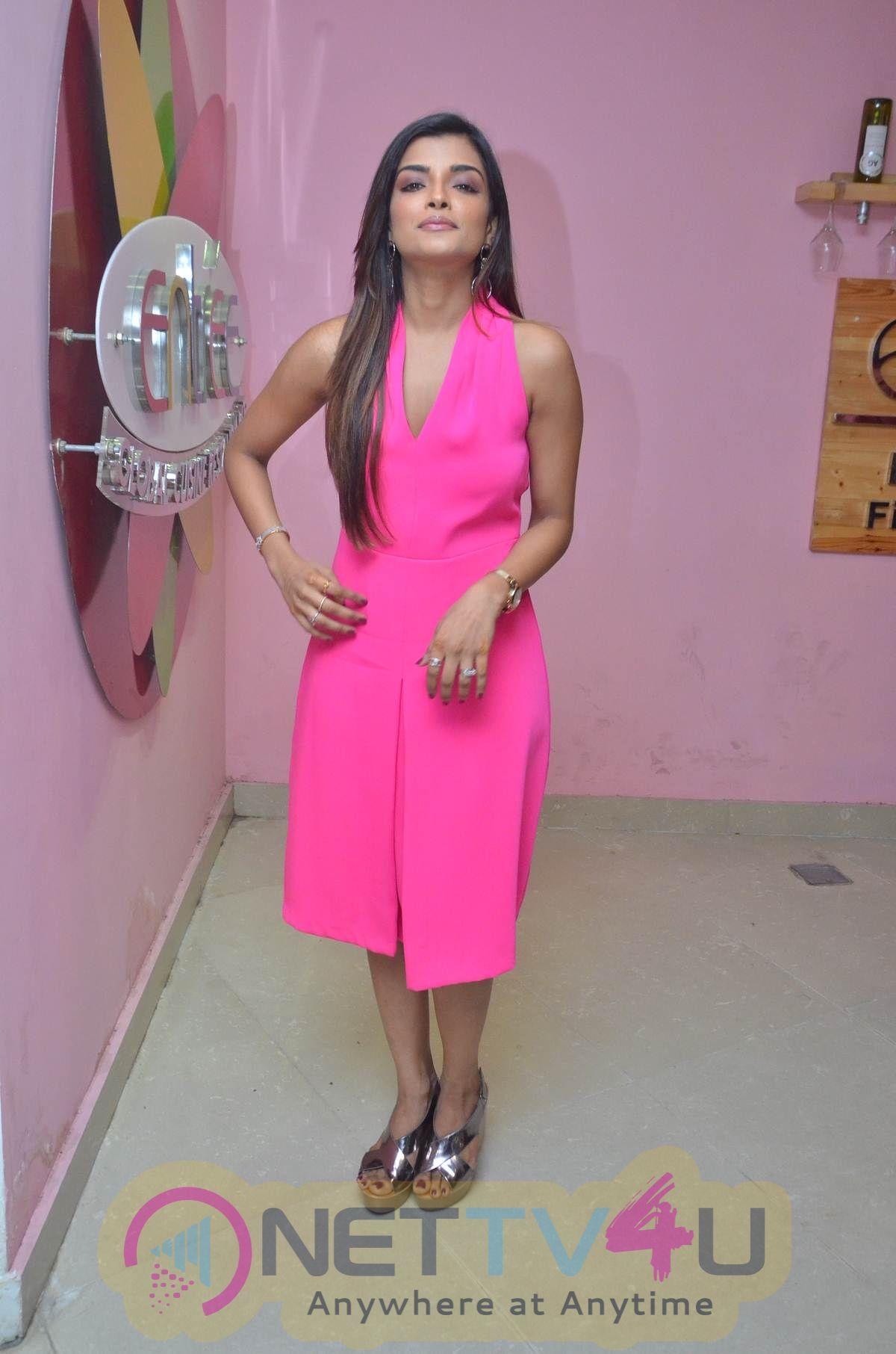 Actress Ashna Zaveri Cute Images