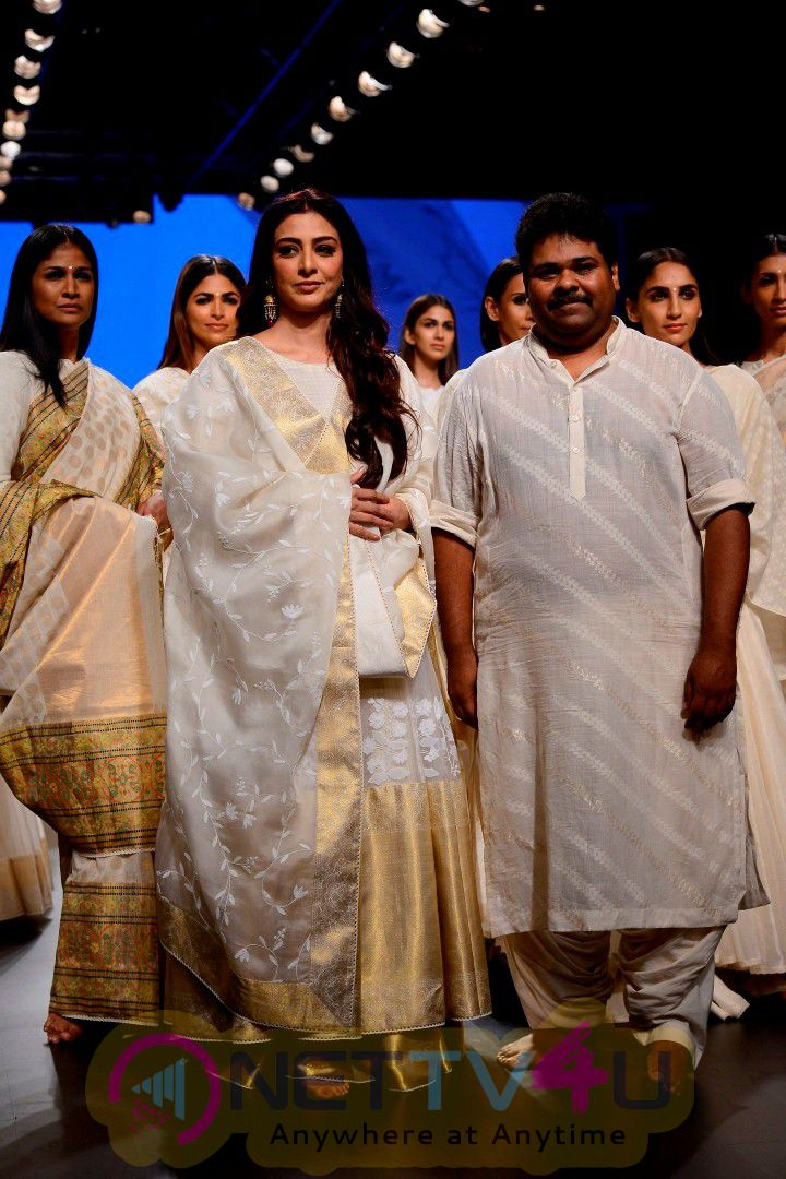 Tabu On Ramp For Gaurang Shah At Lakme Fashion Week Photos