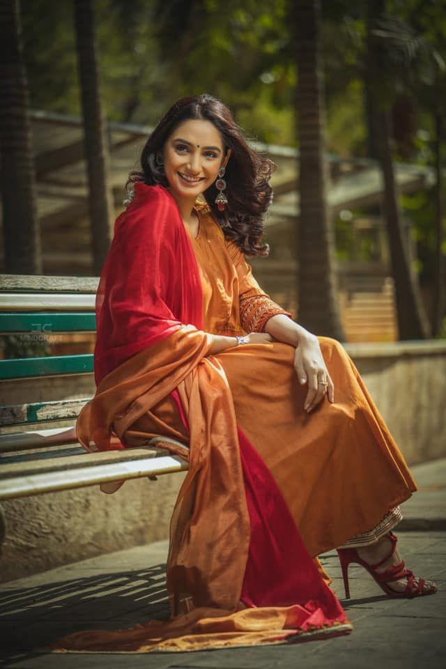 Actress Rragini Dwivedi Prepossessing Pics Kannada Gallery