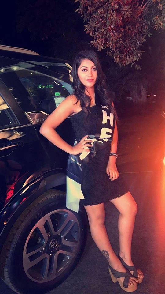 Actress Yashika Aannand Romantic Pics Tamil Gallery