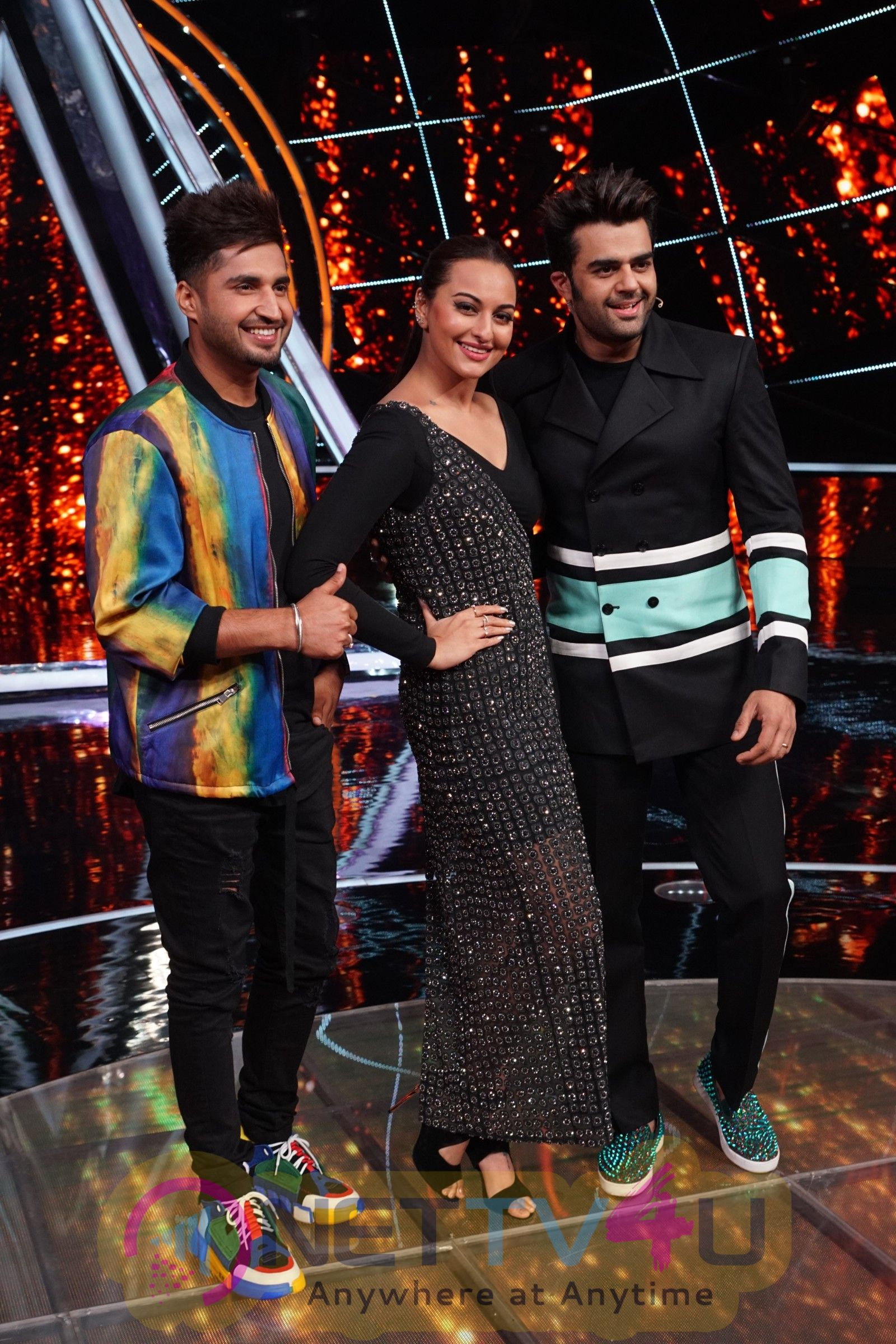 Sonakshi Sinha On The Sets Of Sony Indian Idol In Yashraj Studio Iamges