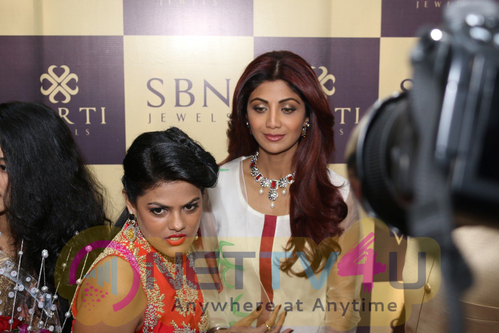 Shilpa Shetty Kundra At Inauguration Of Jewellery Show Room Fashionable Pics