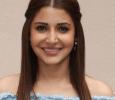 Anushka Sharma Picks Up Reporter's Phone To Answer Call Hindi News