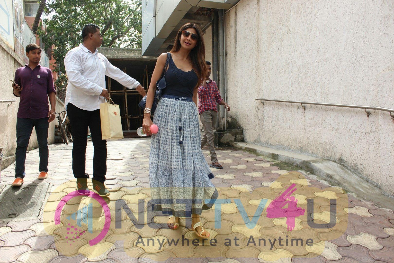 Shilpa Shetty Spotted At Bandra Beautiful  Pics