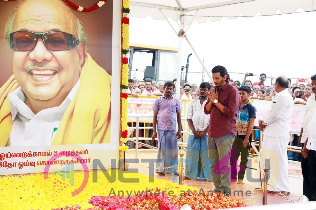 Actor Jiiva Paying His Last Respect To Kalaignar At Marina Pics Tamil Gallery
