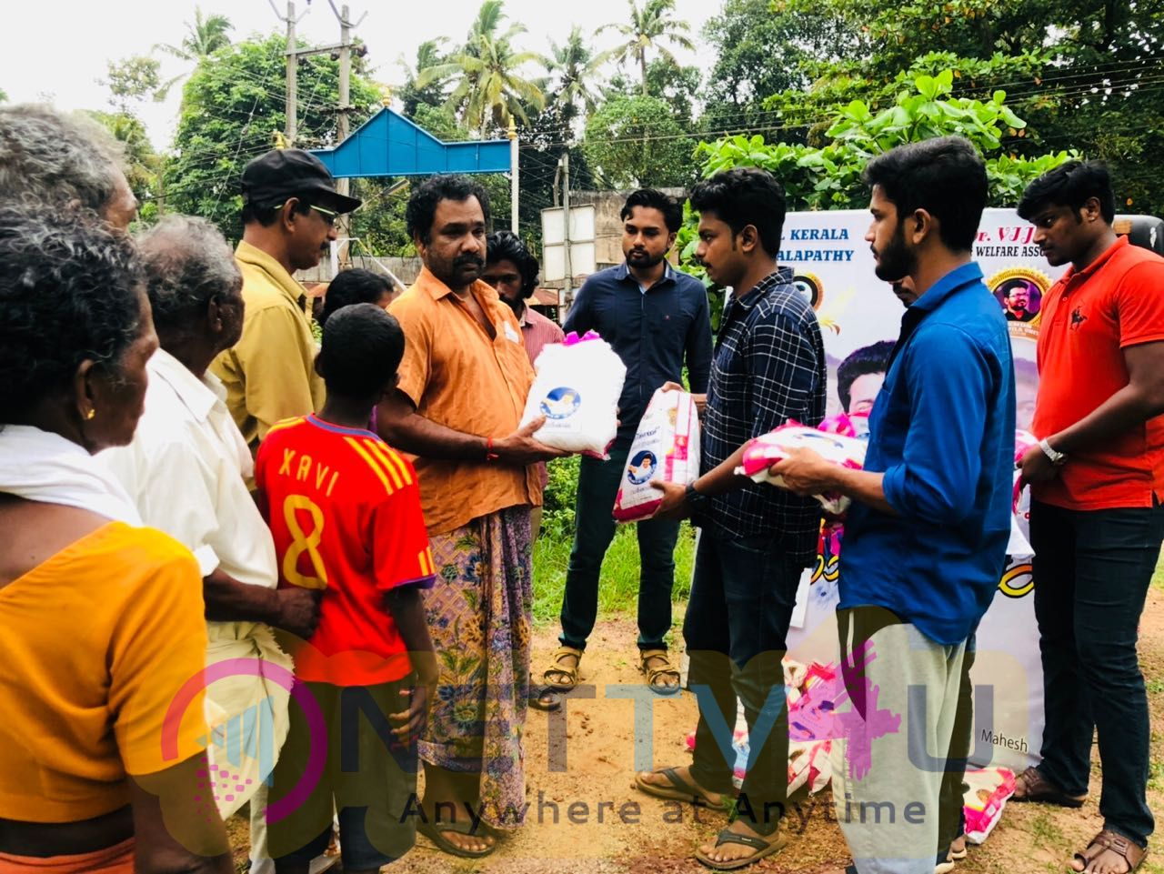 Actor Vijay Fans Helping Kerala People's Who Affected In Floods Stills Tamil Gallery