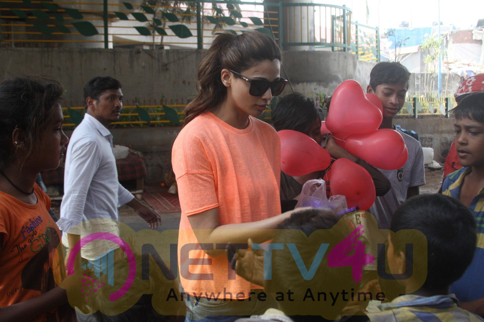 Daisy Shah Celebrates Valentine's Day With Street Kids Of Bandra Photos Hindi Gallery