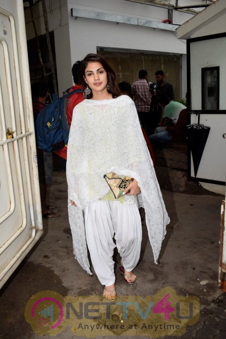 Rhea Chakraborty Spotted At Sunny Sound Juhu Cute Images