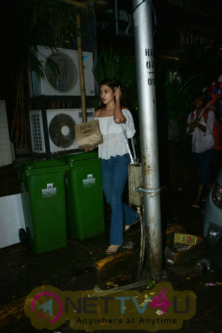 Rhea Chakraborty Spotted At Bandra Cute Images