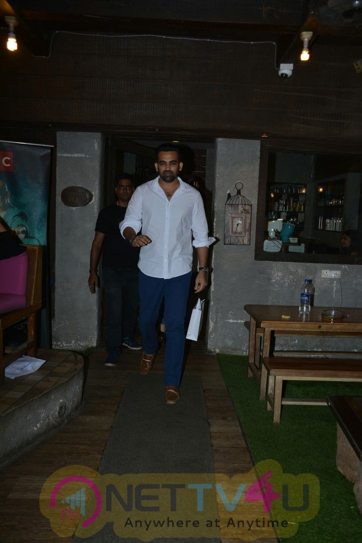 Zaheer Khan And Sagarika Ghatge Spotted At Bandra Cute Images