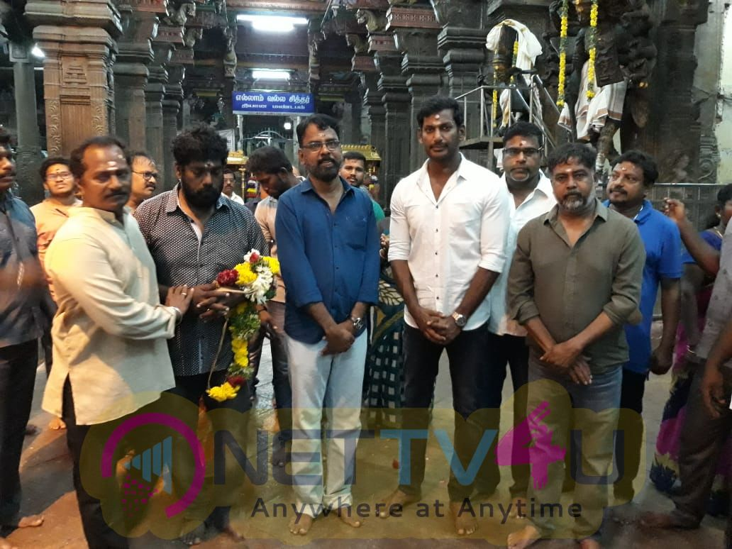 Sandakozhi 2 Movie Team Special Prayers At Madurai Meenakshi Amman Temple For Kerala Floods Victim Stills
