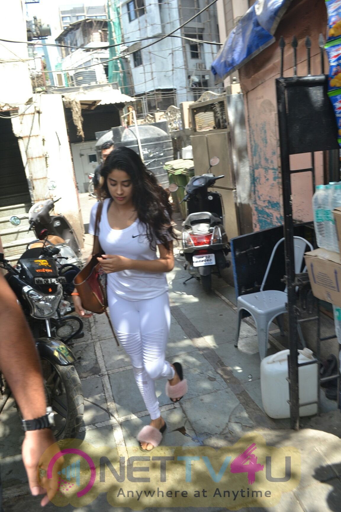 Janhvi Kapoor Came To Bandra