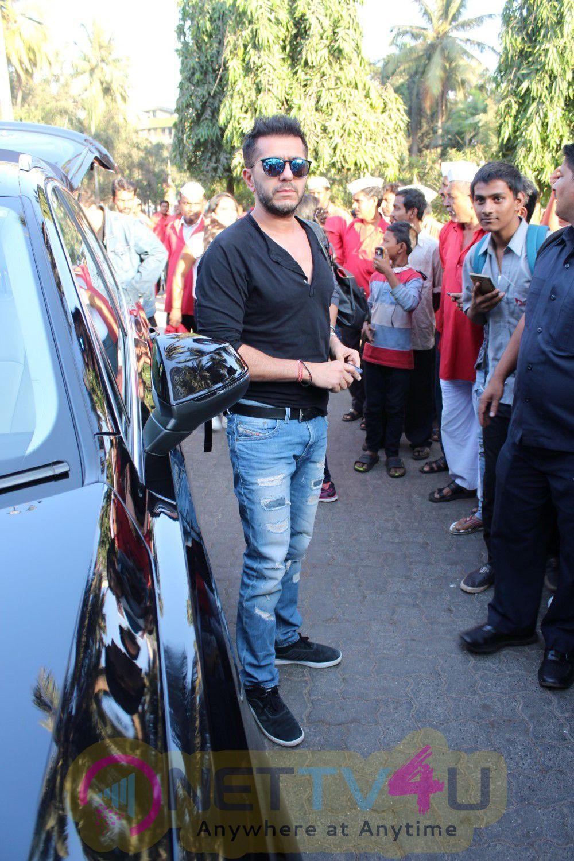 Shahrukh Khan Start Promotional Journey Of Raees In Shatabdi Express