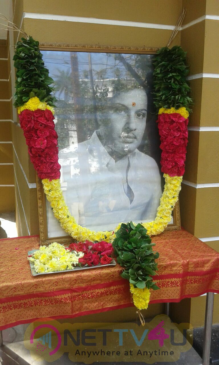 Nadigar Sangam Office Bearer Garlanded & Payed Respect To PuratchiThalaivar MGR On His Memorial Day