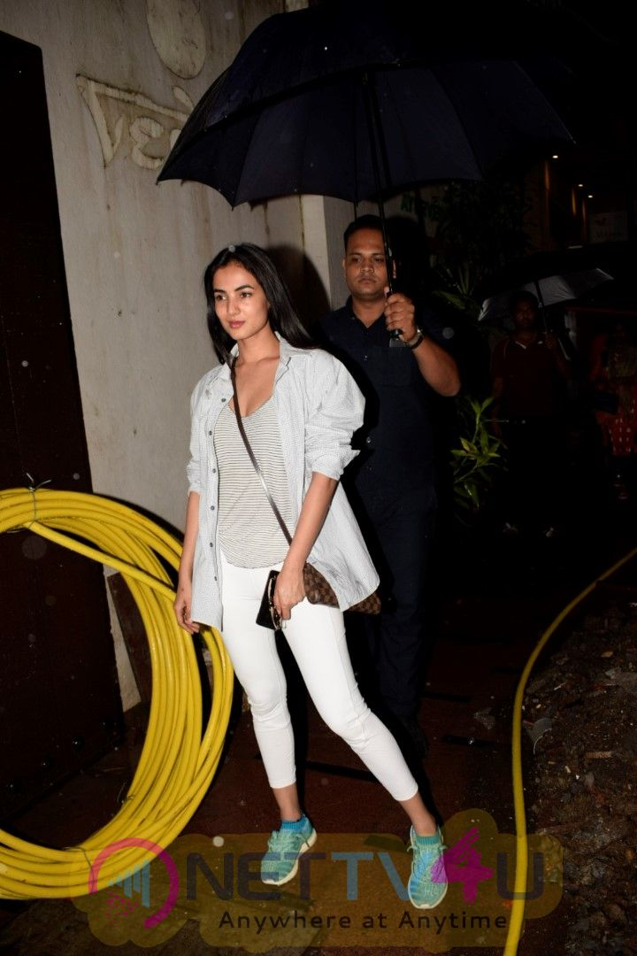 Actress Sonal Chauhan Spotted At Juhu Exclusive Pics