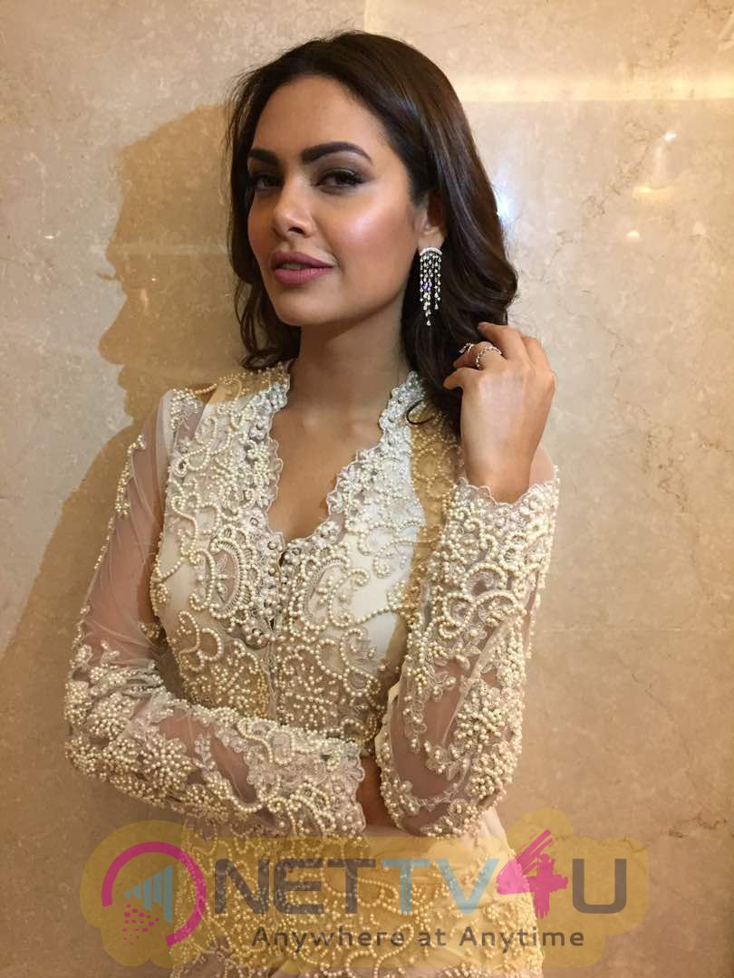 Esha Gupta Looked Gorgeous At The Cama Awards