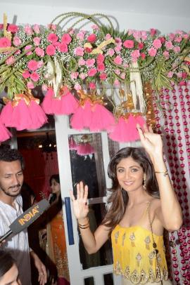 Bollywood Actresses Shilpa Shetty  Sophie Choudry & Others At Bipasha Basu Mehndi Ceremony Attractive Photos Hindi Gallery