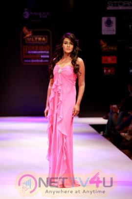 Actress Meera Mithun Beautiful Images Tamil Gallery