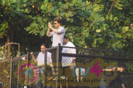 Shah Rukh Khan 52nd Birthday Celebrates With Fans Images Hindi Gallery