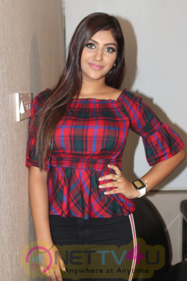 Actress Yaashika Aanand Cute Images Tamil Gallery