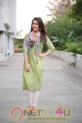 Actress Raashi Khanna Cute Pics