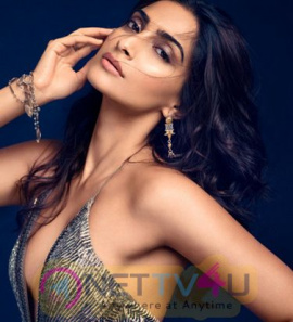 Hot Actress Sonam Kapoor New Photos