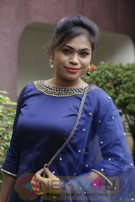 Anchor Divya Krishnan Cute Images Tamil Gallery
