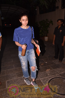 Alia Bhatt Came To Bblunt In Juhu  Hindi Gallery