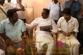 Lyricist Vairamuthu Visits The Shooting Sets Of Kanne Kalaimane Movie Stills Tamil Gallery