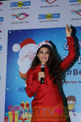 Jacqueline Fernandez Celebrates Christmas With Kids Of Angel Xpress Foundation Photos Hindi Gallery