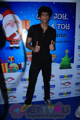 Big FM & Mumbai Metro Host Christmas Initiative BE SANTA With Palak Muchhal Photos