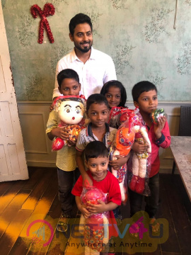 Actor Aari & Aishwarya Dutta Surprises Unprivileged Children With Christmas Delight Pics