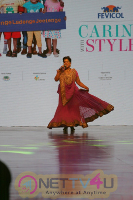 Stills Of Amitabh Bachchan And B-Town Celebs Walked The Ramp For Cancer Patients Fevicol Caring With Style Hindi Gallery