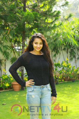 Iddari Madhya 18 Movie Enticing Pics Telugu Gallery