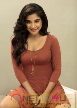 Actress Sakshi Agarwal Angelic Pics Tamil Gallery
