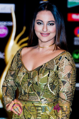 Actress Sonakshi Sinha Glamourous Images Hindi Gallery